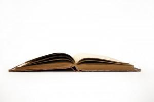 livre ancien ouvert en son milieu