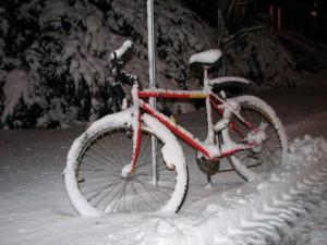 vélo sous la neige en pleine nuit
