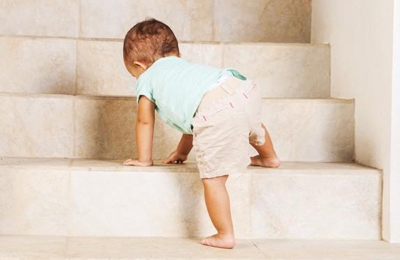 enfant grimpe escalier