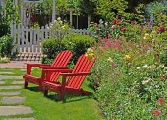 jardin avec deux transats rouge