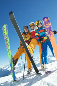 trois jeunes qui posent en ski à la montagne