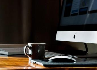 bureau de travail avec un Mac