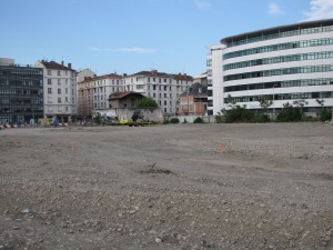 grande zone en ville en attente d'une construction