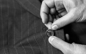 couture d'un bouton sur un veste