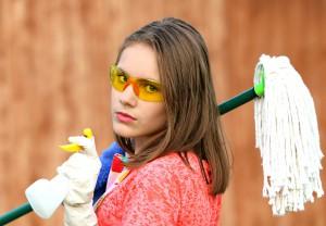 femme avec tout l'équipement de nettoyage