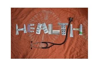 ensemble de médicament et d'outils médicale disposé pour ecrire santé en anglais