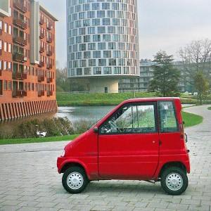 voiturette sans permis rouge en ville
