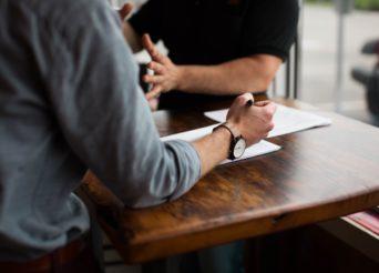 Deux hommes autour d'une table discutant sérieusement