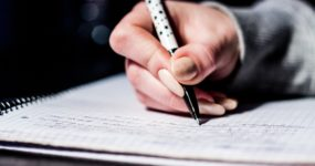 crayon écriture cahier